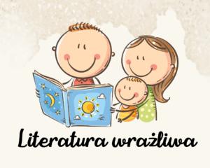 Grafika rysunkowa przedstawia rodzinę - tatę, mamę i dziecko. Wspólnie czytają książkę. Na dole czarny napis: literatura wrażliwa